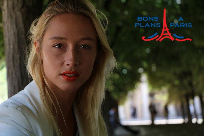 Femme visite Paris
